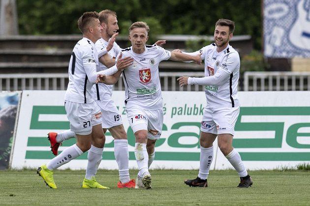 Robert Jukl, Miloš Kopečný, Filip Zorvan a Jiří Kateřiňák (všichni z Hradce Králové) oslavují gól v utkání s Českými Budějovicemi.