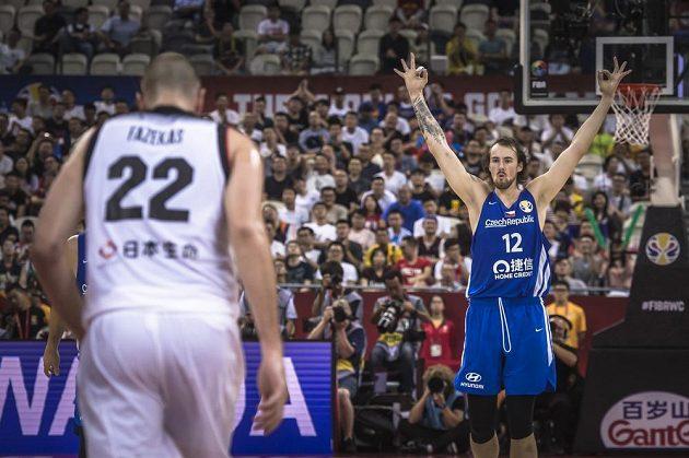 Český basketbalista Ondřej Balvín (vpravo) během utkání s Japonskem ve skupině E na mistrovství světa.