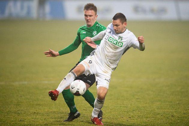 Václav Svoboda z Příbrami a Roman Haša z Karviné během utkání.