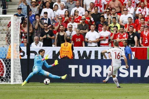 Polák Jakub Blaszczykowski střílí gól švýcarskému brankáři Yannu Sommerovi.
