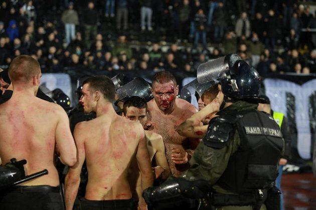 Policie zasahuje. Při bělehradském derby došlo v hledišti ke zraněním.
