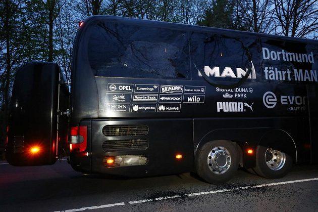 Autobus fotbalistů Dortmundu cestou na úterní večerní zápas čtvrtfinále Ligy mistrů s Monakem poškodily tři exploze. Incident šetří policie, zápas byl odložen na středu. Stoper Bartra je v nemocnici.