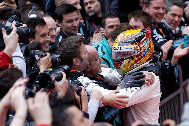 Lewis Hamilton po vítězství ve Velké ceně Číny.