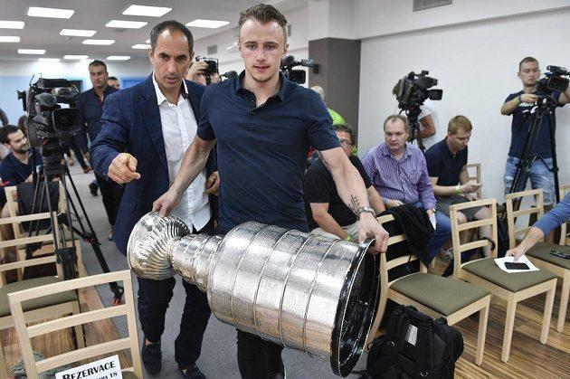 Vítěz Stanleyova poháru, hokejista týmu Washington Capitals Jakub Vrána přináší slavnou trofej NHL na tiskovou konferenci v Praze.