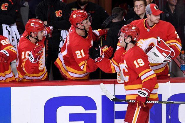 Hokejisté Calgary se radují z branky