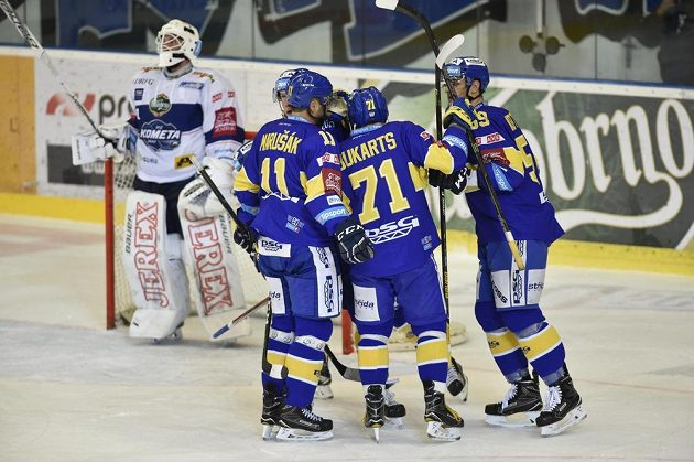 Zlínští hokejisté (zprava) Oldřich Kotvan, Roberts Bukarts a Jiří Marušák se radují z vyrovnávacího gólu proti Kometě. Vlevo je brněnský brankář Marek Čiliak.