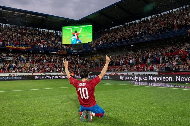 Tomáš Rosický si rozlučku s kariérou užíval s hvězdami na trávníku i s fanoušky. Legendárnímu záložníkovi aplaudovala zaplněná Letná.