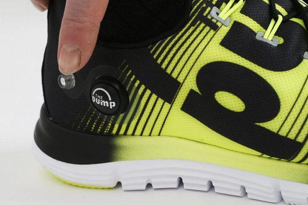 Malá pumpička na vnější straně boty.