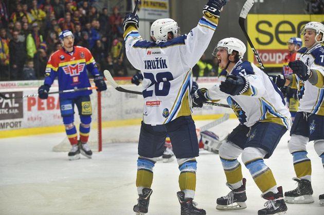 Kladenská radost - zprava David Štich, Tomáš Redlich a Daniel Kružík - po utkání semifinále play off první hokejové ligy.