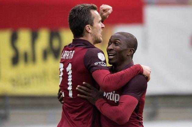 David Lafata (vlevo) a Kehinde Fatai oslavují první gól proti Příbrami.