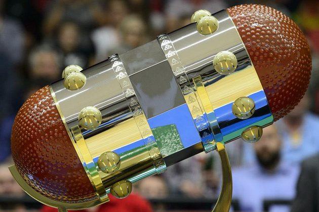 Nový pohár boří představu o konvenční podobě ceny pro šampióny. Válcovitá trofej se dvěma basketbalovými míči je především širší než vyšší a váží 22 kilogramů.