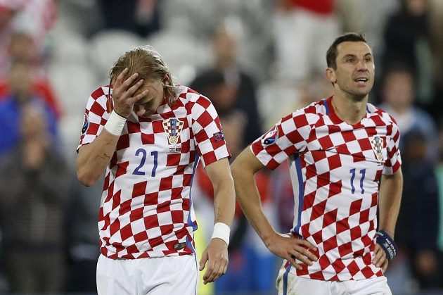Zklamaní chorvatští fotbalisté Domagoj Vida (vlevo) a Darijo Srna po porážce s Portugalskem.