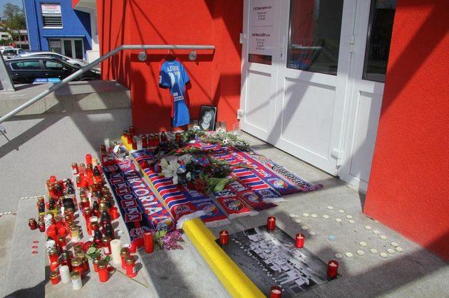 Plzeňští fanoušci spontánně vytvořili pietní místo na stadiónu k uctění památky zesnulého Františka Rajtorala.