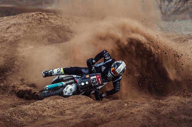 Nepříjemný pád zkomplikoval seznamovací trénink českého motocyklového jezdce Libora Podmola na blížící se Rallye Dakar.