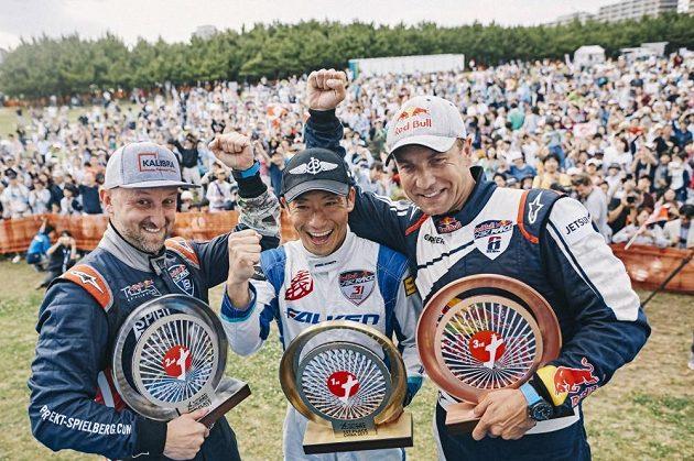 Zleva Petr Kopfstein, Japonec Jošihide Muroja a Martin Šonka při dekorování vítězů v Čibě.