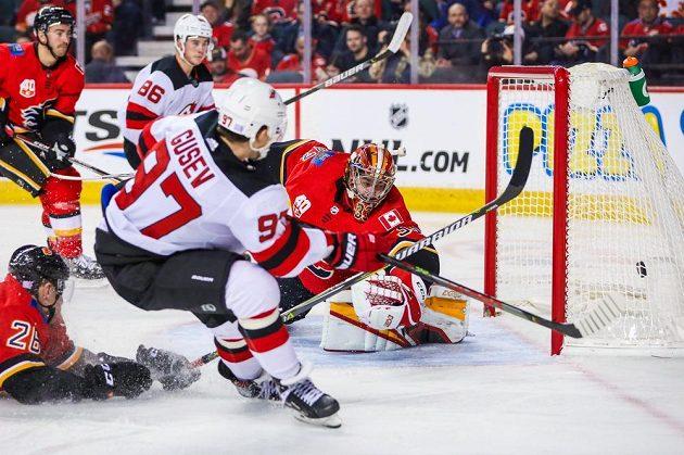 Český gólman Calgary Flames David Rittich (33) inkasuje gól v utkání NHL s New Jersey.