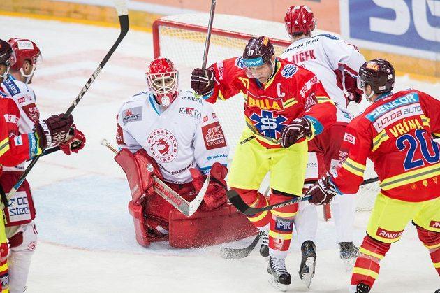Sparťan Jaroslav Hlinka (uprostřed) oslavuje gól vstřelený Třinci.