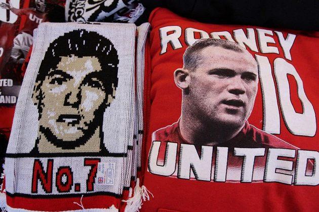 Modly fanoušků Manchesteru United - zatímco Cristiano Ronaldo se zřejmě na Old Trafford nevrátí, Wayne Rooney by měl zůstat.