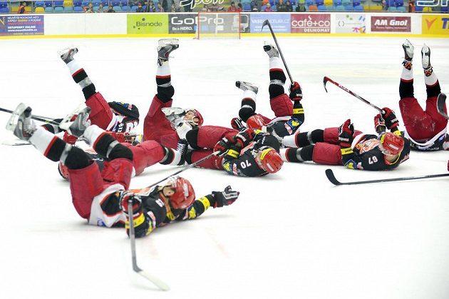 Královéhradečtí hokejisté slaví s fanoušky výhru nad Libercem.