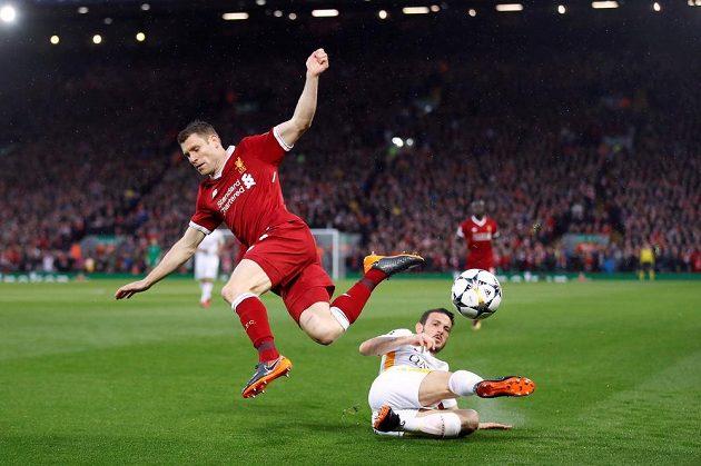 Alessandro Florenzi (na trávníku) z AS Řím zastavuje Jamese Milnera z Liverpoolu.