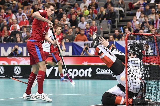 Zleva český reprezentant Marek Beneš a dánský brankář Mike Trolle ve čtvrtfinále MS.