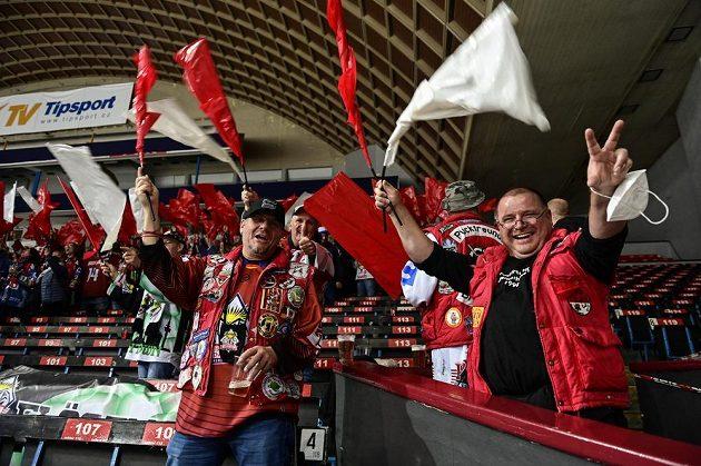 Fanoušci hokejového Bremerhavenu během utkání Ligy mistrů se Spartou.
