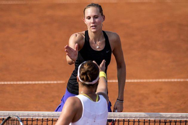 Dobojováno. Tenistka Nicole Vaidišová (vzadu) podává ruku Bulharce Kostovové po vítězství v prvním kole turnaje v Praze.