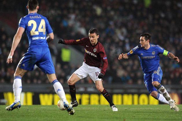 David Lafata ze Sparty (uprostřed) si kryje míč před dotírajícím Frankem Lampardem z Chelsea (vpravo).