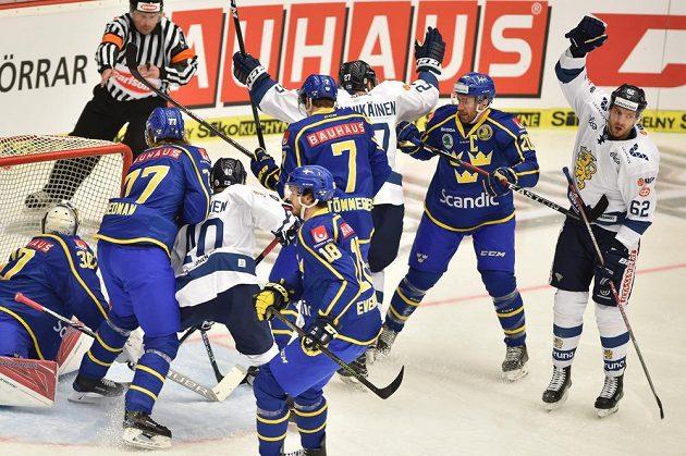 Finové se radují z rozhodujícího gólu. Zprava jsou Oskar Osala z Finska a Joel Lundqvist ze Švédska.
