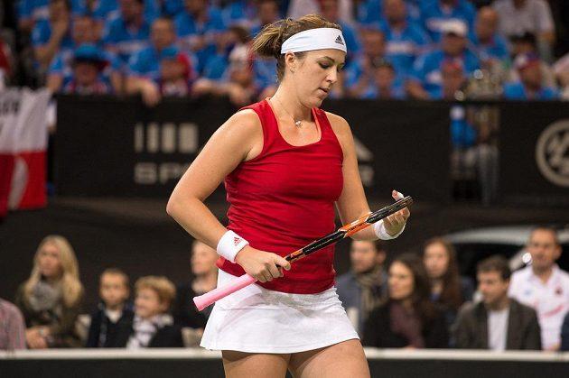 Ruská tenistka Anastasija Pavljučenkovová si rovná struny během úvodního duelu finále Fed Cupu proti Petře Kvitové.