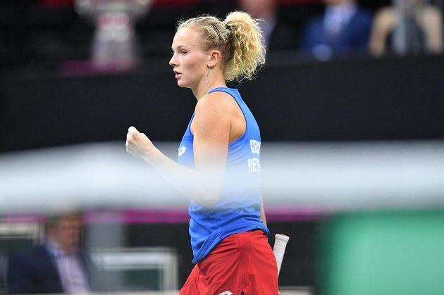 Kateřina Siniaková v zápase proti Alison Riskeové z amerického týmu ve finále Fed Cupu v Praze.