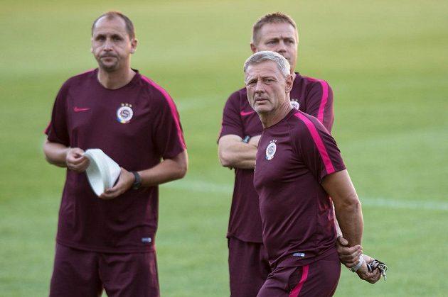 Trenér Sparty Zdeněk Ščasný a jeho asistenti Zdeněk Svoboda (vlevo) a Stanislav Hejkal (vzadu) během tréninku před utkáním play off Evropské ligy se Sönderjyske.
