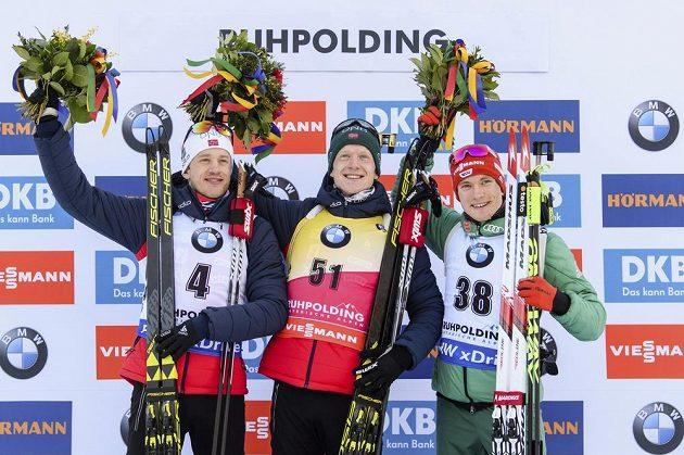 Zleva druhý Tarjei Bö z Norska, jeho bratr a vítěz Johannes Thingnes Bö a třetí Benedikt Doll z Německa.