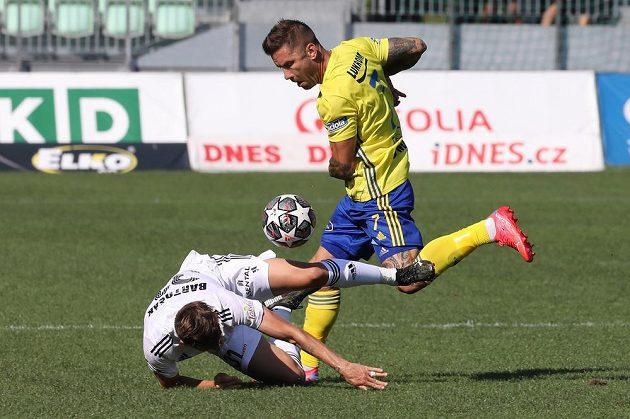 Utkání 4. kola první fotbalové ligy: MFK Karviná - FC Fastav Zlín, 14. srpna 2021 v Karviné. Zleva Lukáš Bartošák z Karviné a Martin Fillo ze Zlína.