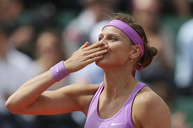 Šťastná Lucie Šafářová po vítězství nad Španělkou Garbiňe Muguruzaovou.