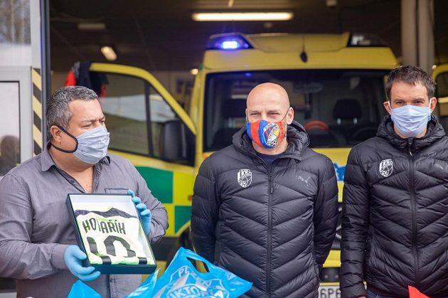Trenér fotbalové Plzně Adrian Guľa s asistenem Markem Bakošem během poděkování Viktorie plzeňským záchranářům.