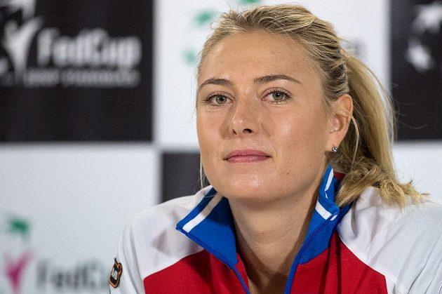 Ruská tenistka Maria Šarapovová odpovídá novinářům v Praze.