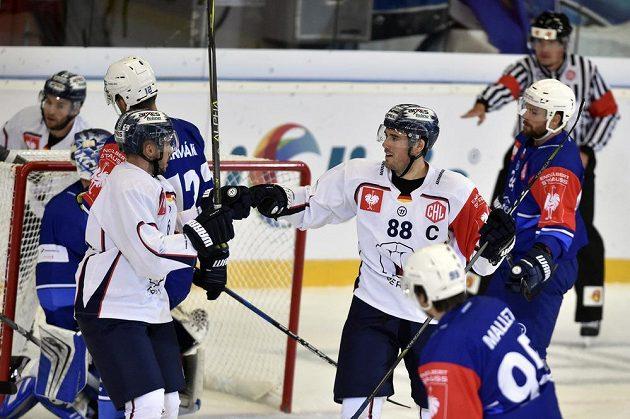 Florian Kettemer (vlevo) a James Sheppard z Berlína se radují z gólu.