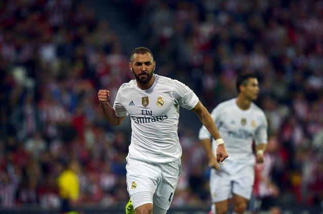 Útočník Realu Madrid Karim Benzema oslavuje svůj vstřelený gól na hřišti Bilbaa.