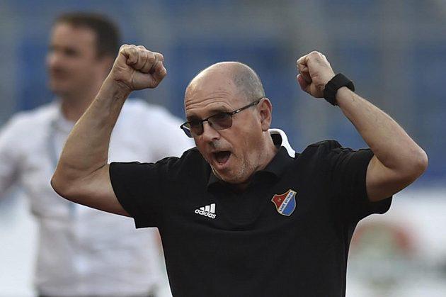 Trenér Baníku Ostrava Bohumil Páník se raduje po skončení z vítězství nad Jabloncem.
