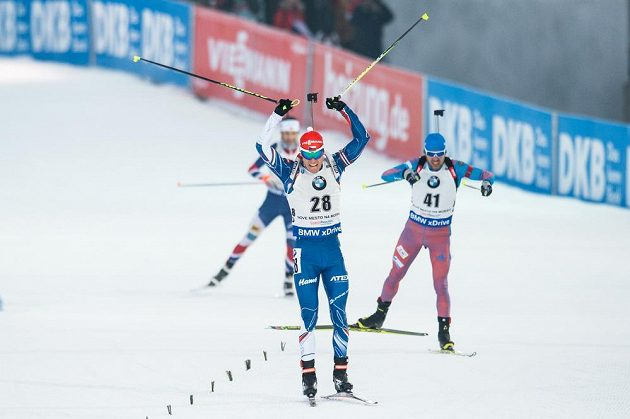Michal Krčmář spěchá do cíle stíhačky mužů, v níž vybojoval desáté místo.