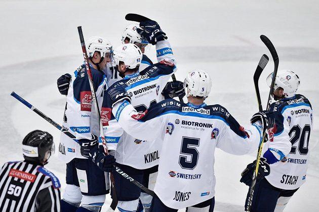 Hráči Plzně se radují z druhého gólu.