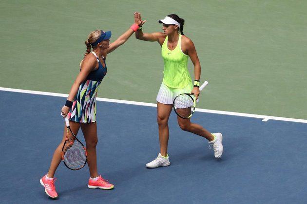 Francouzské tenistky Caroline Garciaová a Kristina Mladenovicová během bitvy o titul ve čtyřhře na US Open.