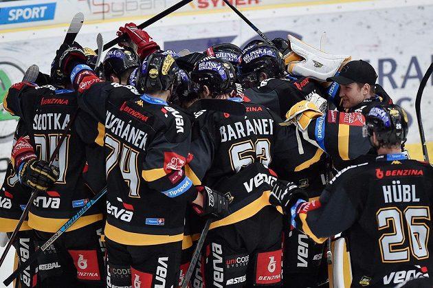 Hráči Litvínova se radují z vítězství v Liberci.