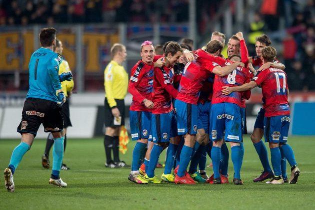 Fotbalisté Viktorie Plzeň se radují z vítězství nad pražskou Spartou.