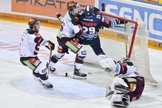 Lukáš Krenželok z Liberce (druhý zprava) střílí gól. Přihlížejí Lukáš Pech (vlevo) a Petr Kalina ze Sparty (druhý zleva), vpravo je brankář Sparty Matěj Machovský.