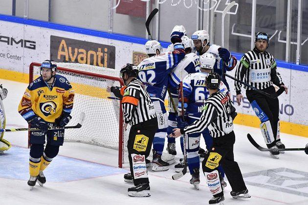 Radost brněnských hokejistů ze vstřelené branky v duelu se Zlínem.