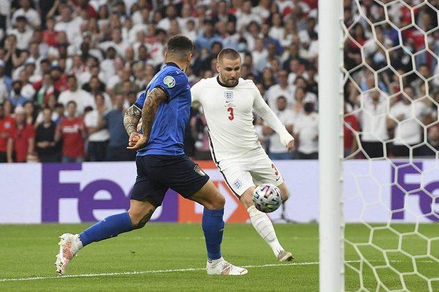 Angličan Luke Shaw (vpravo) právě střílí vedoucí gól Anglie ve finále.
