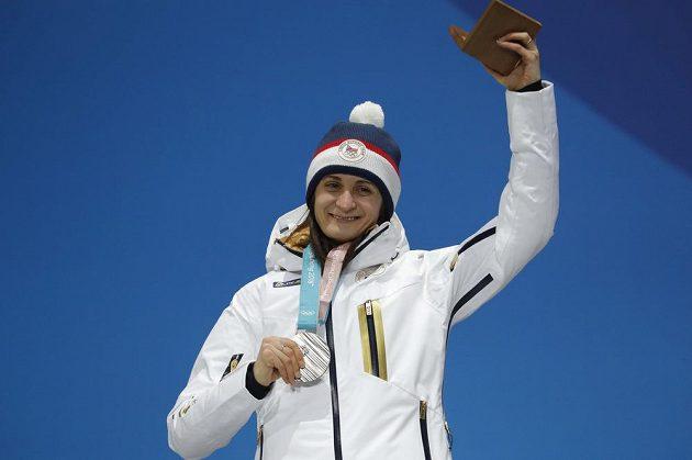 Se stříbrem na krku si užívala ceremoniálu rychlobruslařka Martina Sáblíková, v závodě na pět kilometrů dojela druhá.