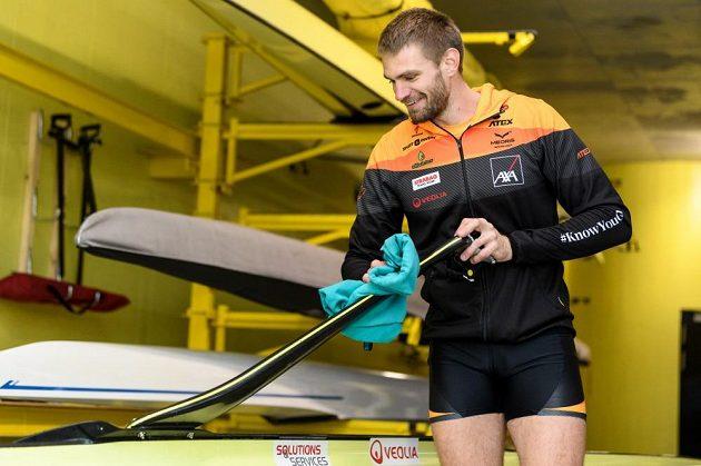 Skifař Ondřej Synek se chystá do akce.